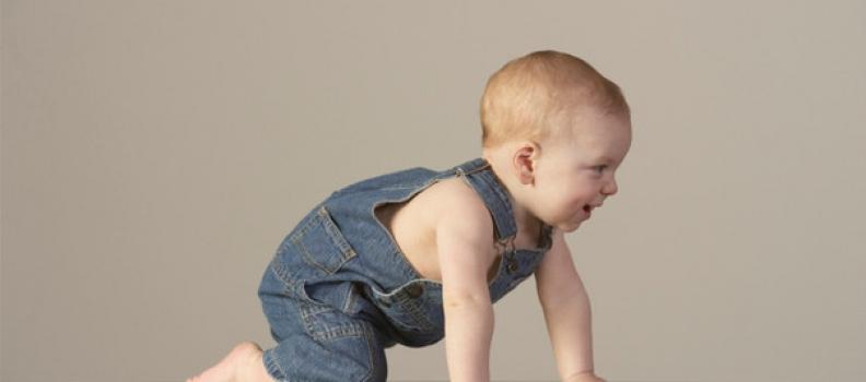 ¿Por qué es importante que los bebés gateen?